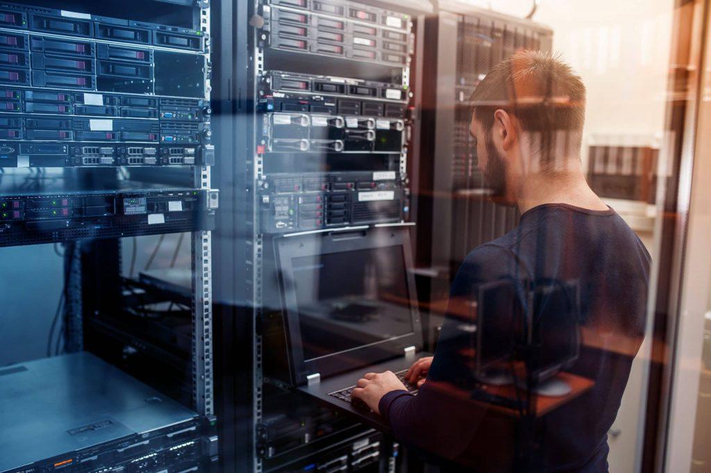homme dans un datacenter pour offre d'emploi ingénieur réseaux