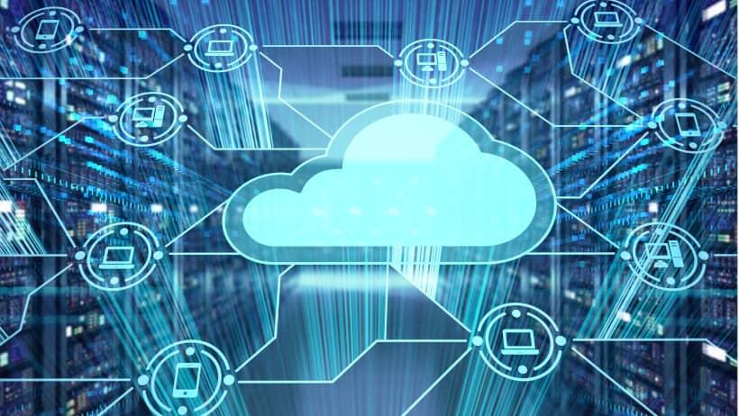 nuage entouré d'ordinateur et téléphone avec un couloir de datacenter en fond