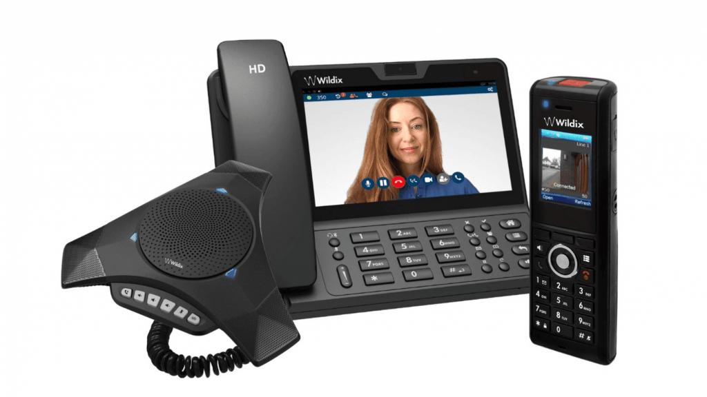 equipements de telephonie d'entreprise comprenant une pieuvre, un telephone fixe avec ecran et un telephone mobile avec camera de surveillance