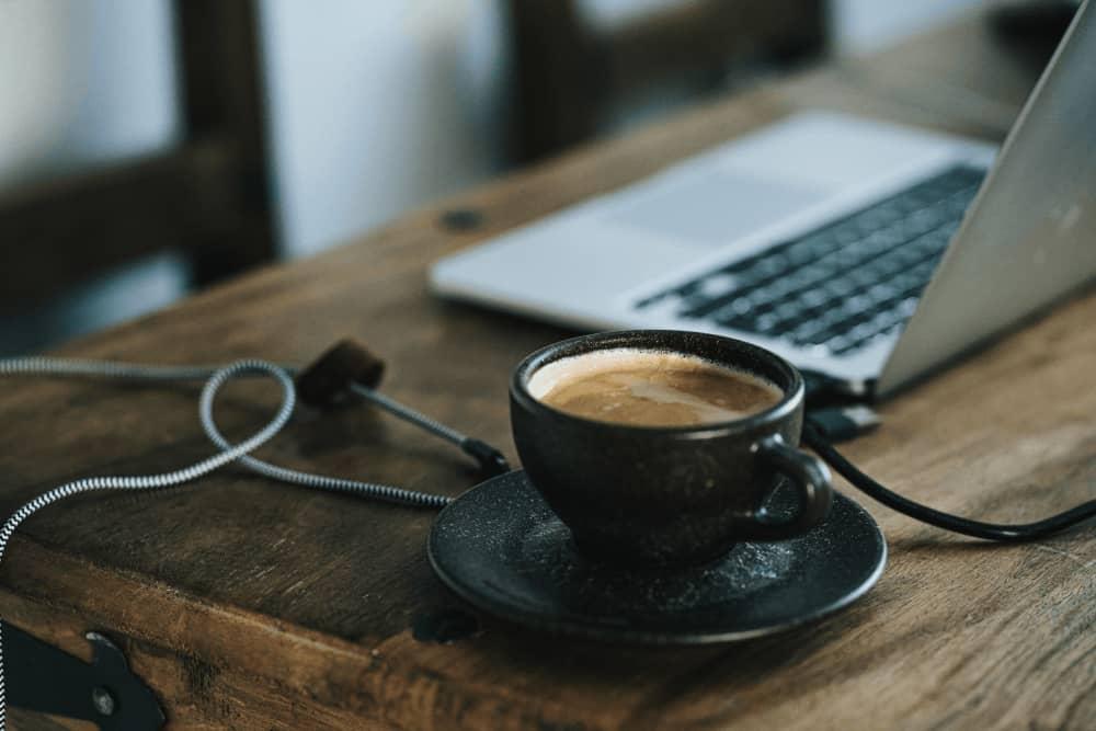café et ordinateur symbolisant le télétravail chez fullsave en période de covid19 pour la tribune de laurent bacca