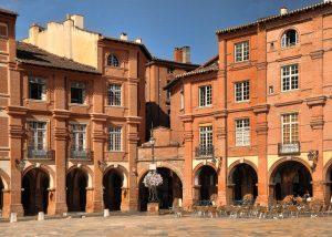 place nationale à Montauban en plein soleil