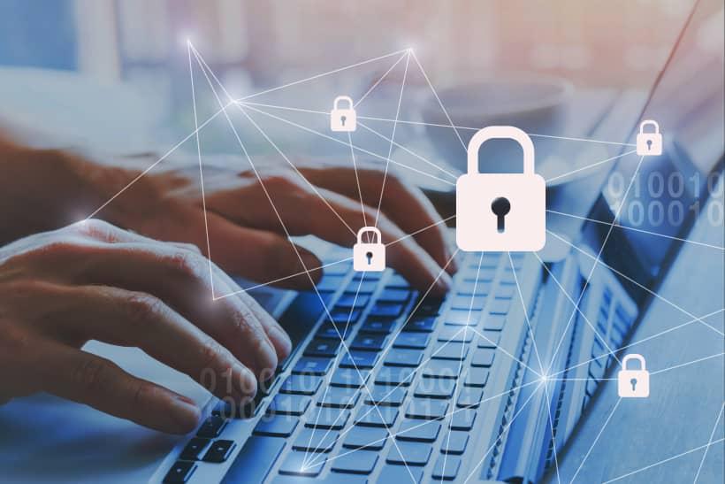 ordinateur avec cadenas pour la sécurité informatique