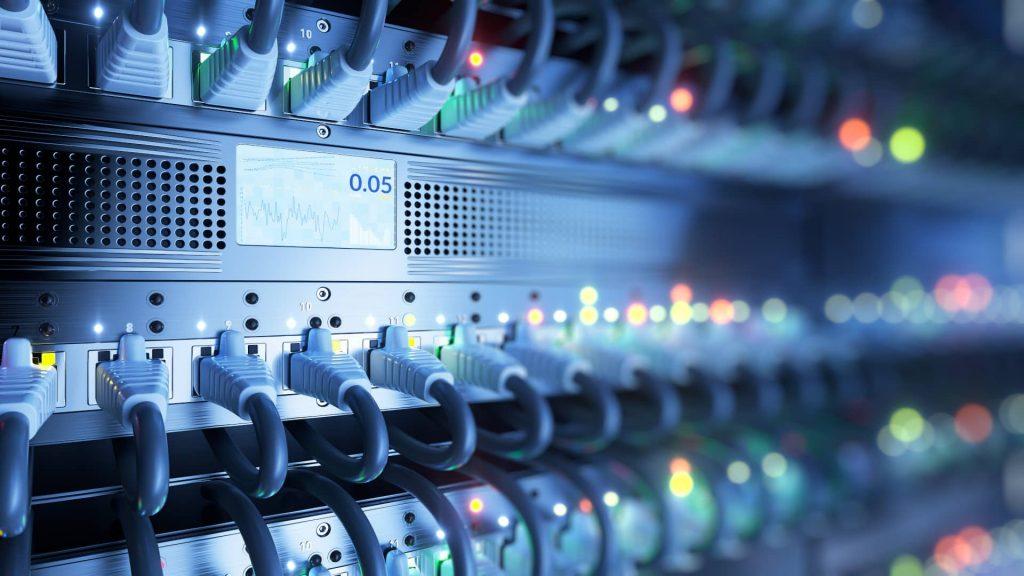 serveurs branchés dans un datacenter pour le projet d'accompagnement cloud
